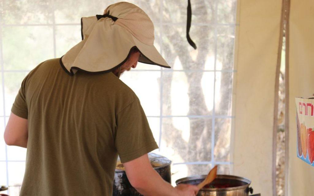 Préparation du déjeuner à la ferme Kaima proche de Jérusalem. (Crédit : Shmuel Bar-Am)