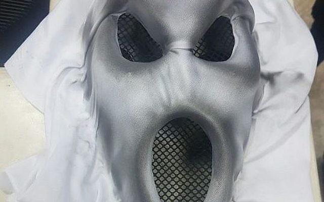 Un masque effrayant porté par un garçon de 13 ans pour effrayer les passants, à Jérusalem, le 12 octobre 2017 (Crédit : Police israélienne)
