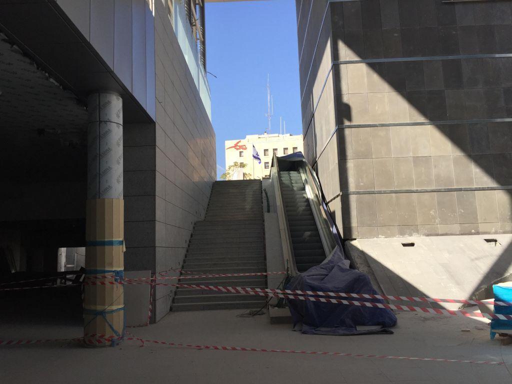 Les escaliers du niveau de la rue à l'entrée extérieure aux abords de la gare Yitzhak Navon, à Jérusalem, le 27 octobre 2017 (Crédit : Equipe du Times of Israel)