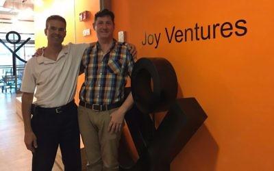 Avi Yaron, président de Joy Ventures, à gauche, et son directeur exécutif, Idan Katz, dans leurs bureaux de Herzliya en septembre 2017. (Crédit : Shoshanna Solomon/Times of Israël)