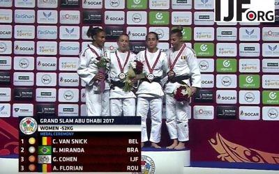 Gili Cohen remporte la médaille de bronze dans la catégorie -52kg lors du Grand Chelem d'Abu Dhabi, le 26 octobre 2017. À côté de son nom figure le drapeau de la fédération internationale de judo, à cause d'un boycott des symboles israéliens par le pays organisateur. (Crédit : YouTube)