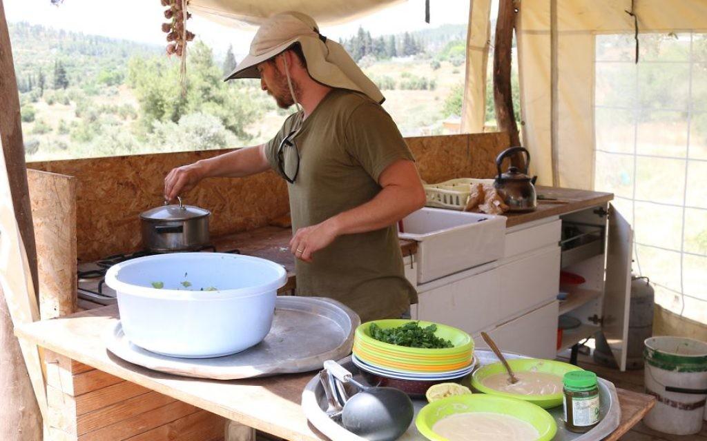 La cuisine de la ferme Kaima proche de Jérusalem. (Crédit : Shmuel Bar-Am)