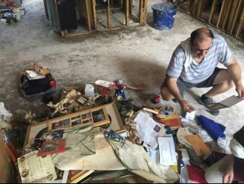 Victor Khoury fait le tri dans ses objets personnels, regardant ce qui peut être sauvé et ce qui doit être jeté (Autorisation : Scott Wisotsky)