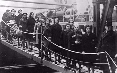 Des enfants juifs montant dans un bateau dans le cadre du kindertransport qui les emmenait loin de l'Europe occupée par les nazis (Autorisation :  Pamela Sturhoofd)