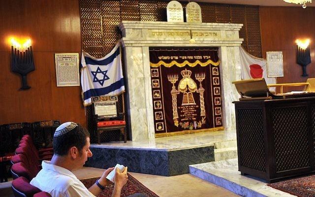 Un homme qui prie à la synagogue d'Ohel Shelomoh à Kobe, au Japon, le 26 juin 2009 (Crédit : Serge Attal / Flash90)