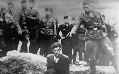 'Le dernier Juif de Vinnitsa''. Cette photographie montre un membre des Einsatzgruppe nazis sur le point d'abattre un Juif agenouillé devant un charnier plein à Vinnitsa, en Ukraine, en 1941. (Crédit : capture d'écran YouTube)