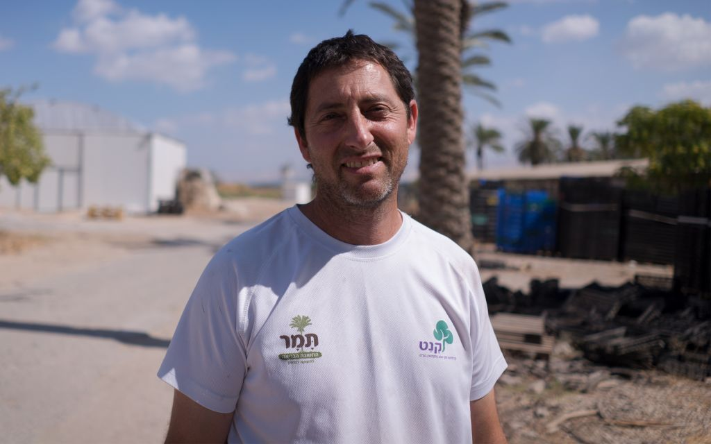 Avner Rotem, le manager de la plantation de dattiers du kibboutz Tirat Zvi, le 27 septembre 2017 (Crédit : Luke Tress/Times of Israel)