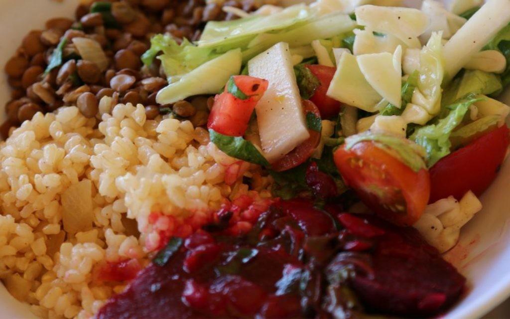 Déjeuner à la ferme Kaima proche de Jérusalem, avec les produits fermiers récoltés sur place. (Crédit : Shmuel Bar-Am)