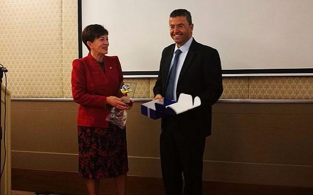 La Gouverneure-générale de Nouvelle-Zélande, son excellence Patsy Reddy, à gauche, et le fondateur et directeur-général de mPrest, Natan Barak, lors d'un événement à Jérusalem survenu le 30 octobre annonçant l'investissement dans mPrest de Vector Limited investment (Autorisation)