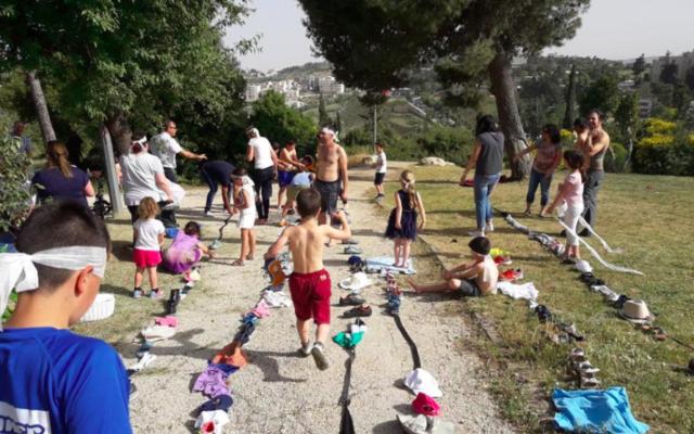 Un après-midi de jeux en plein air à Maan Yahad, le groupe d'hébréophones et d'arabophones du quartier de la Colline française à Jérusalem (Autorisation :  Maan Yahad)
