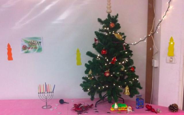 Certaines des décorations de 'Hanukoël', les célébrations conjointes de Hanoukka et de Noël de Maan Yahad, le groupe réunissant Arabophones et Hébréophones sur la Colline française (Autorisation : Maan Yahad)