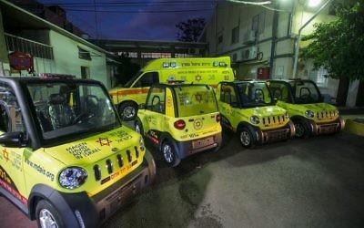 Les mini-ambulances lancées par les services de secours d'urgence Magen David Adom pour diminuer le temps de réponse dans les lieux bondés ou difficiles d'accès, le 9 octobre 2017 (Crédit : Yehezkel Itkin via MDA)