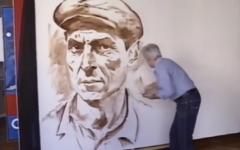 Marc Klionsky peint l'un de ses célèbres portraits. (Crédit : capture d'écran YouTube)