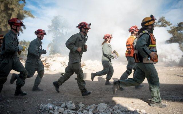 Des soldats de la Défense passive pendant un exercice international de préparation aux catastrophes naturelles, dans le sud d'Israël, le 25 octobre 2017. (Crédit : armée israélienne)