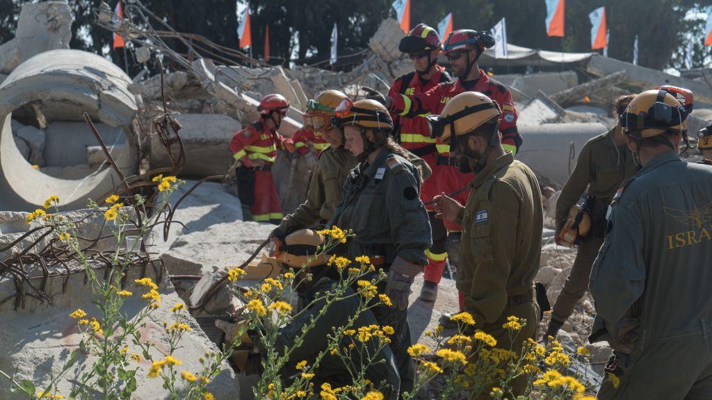 Des soldats de la Défense passive aux côtés des équipes de secours venues de Jordanie, d'Espagne et de l'Autorité palestinienne pendant un exercice de préparation à des catastrophes naturelles, dans le sud d'Israël, le 25 octobre 2017. (Crédit : armée israélienne)