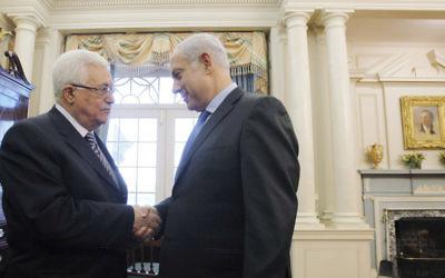 Mahmoud Abbas, à gauche, président de l'Autorité palestinienne, et le Premier ministre Benjamin Netanyahu avant des négociations de paix au département d'Etat américain, à Washington, le 2 septembre 2010. (Crédit : Jason Reed/Pool/Getty Images via JTA)