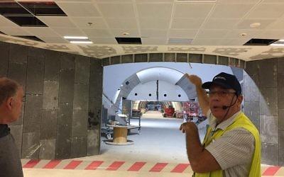 L'ingénieur Gadi Ramon désigne du doigt un secteur qui peut être hermétiquement scellé dans la  gare Yitzhak Navon, le 27 octobre 2017 à Jérusalem (Crédit : Equipe du Times of Israel)