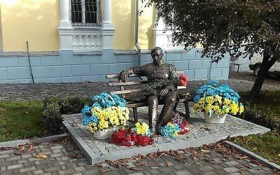 Nouvelle statue du nationaliste ukrainien Symon Petliura, inaugurée le 14 octobre 2017. (Crédit : autorisation)