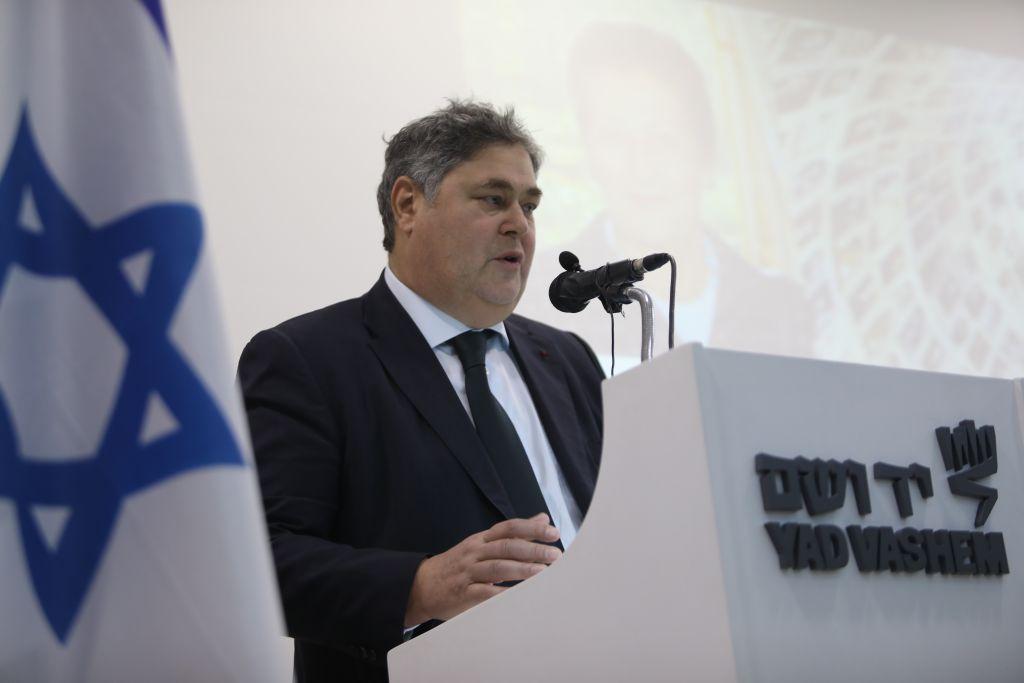 Pierre-Martin Veil rappelle le souvenir de sa mère pour le projet de rassemblement des noms des Juifs hongrois assassinés (Crédit: Courtesy of Noam Revkin Fenton / Yad Vashem)