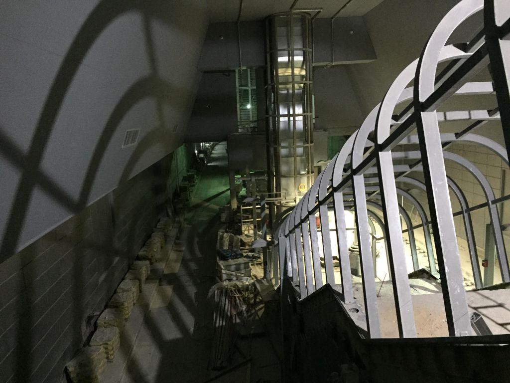 Plongée au niveau de la plateforme au coeur de la gare Yitzhak Navon de Jérusalem le 27 octobre 2017 (Crédit : L'équipe du Times of Israel)