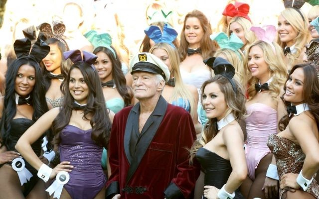 Soixante playmates autour de Hugh Hefner pour le 60e anniversaire de Playboy, à Los Angeles, le 16 janvier 2014. (Crédit : Rachel Murray/Getty Images for Playboy via JTA)