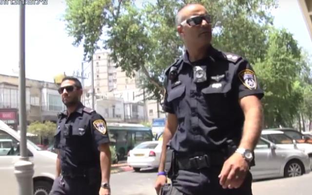 Policiers israéliens portant des caméras corporelles, dans le cadre d'un programme pilote de la police. (Crédit : capture d'écran YouTube)