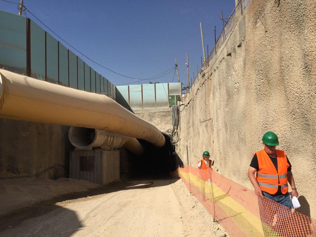 A la sortie des tunnels creusés sous le boulevard Shazar, où la circulation se fera depuis l'entrée de Jérusalem, le 27 octobre 2017 (Crédit : Equipe du Times of Israel)