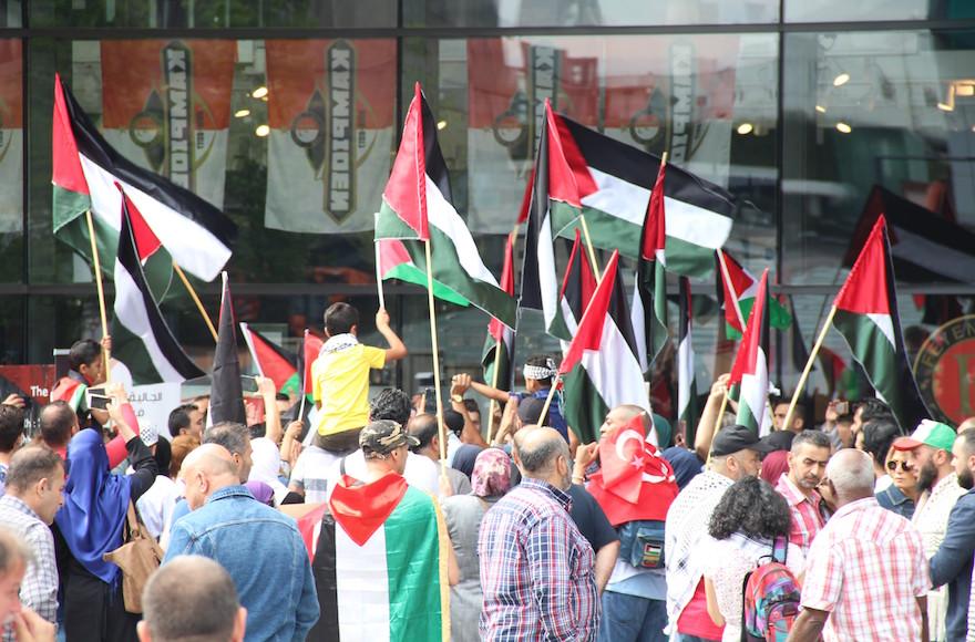 Des centaines de personnes manifestant devant la gare Centraal de Rotterdam le 22 juillet 2017 contre les dernières restrictyions israéliennes sur l'entrée des Palestiniens à la mosquée Al-Aqsa (Crédit : Abdullah Asiran/Anadolu Agency/Getty Images via JTA)