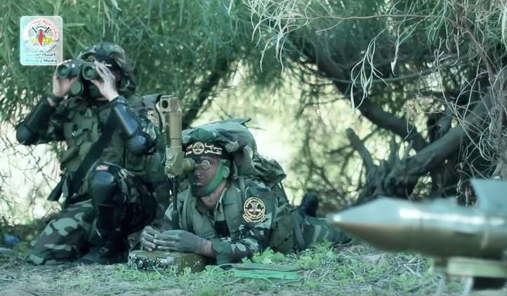 Membres du Jihad islamique préparant un tir anti-missile contre les forces israéliennes déployées à la frontière gazaouie dans une vidéo de propagande du groupe terroriste. (Crédit : capture d'écran YouTube/Brigades Al-Quds)