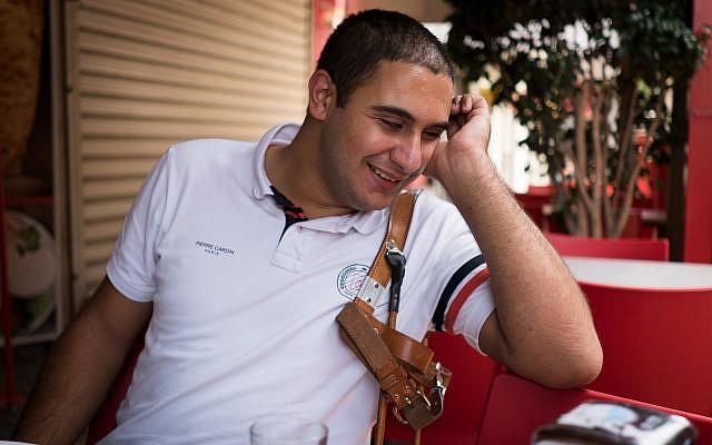 Saleem Sharif dans sa ville natale de Nazareth. Il fait face à des préjugés contre son chien-guide, tant en public qu'au travail (Crédit : Luke Tress / Times of Israel)
