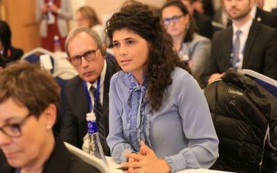 La députée Sharren Haskel (Likud), au centre, et Nahman Shai, à côté d'elle, à l'assemblée de l'Union interparlementaire à Saint-Pétersbourg, le 18 octobre 2017 (Crédit : Porte-parole de la Knesset)