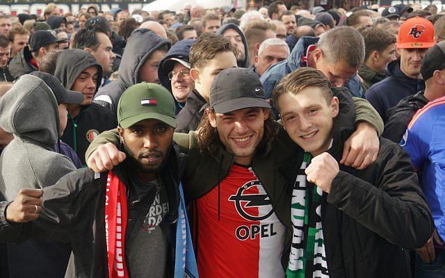 Les fans de Feyenoord Monti Ahmed, à gauche, et Sjuul Deriet,  à droite, aux côtés d'un ami, attendent d'entrer dans le stade De Kuip de Rotterdam, le 22 octobre 2017 (Crédit : Cnaan Liphshiz/JTA)