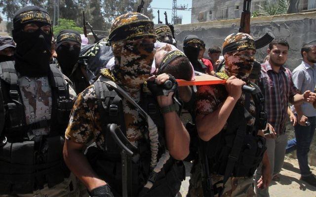 Des membres du Jihad islamique pendant les funérailles d'un membre du groupe terroriste tué dans l'effondrement d'un tunnel, à Khan Younes, dans le sud de la bande de Gaza, le 19 juillet 2016. (Crédit : Abed Rahim Khatib/Flash90)