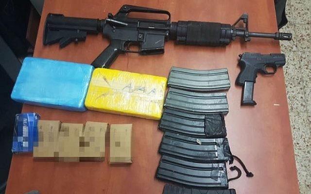 Des armes à feu et de la drogue saisies lors d'une descente de police dans la ville bédouine de Rahat, le 26 octobre 2017 (Crédit : Police d'Israël)
