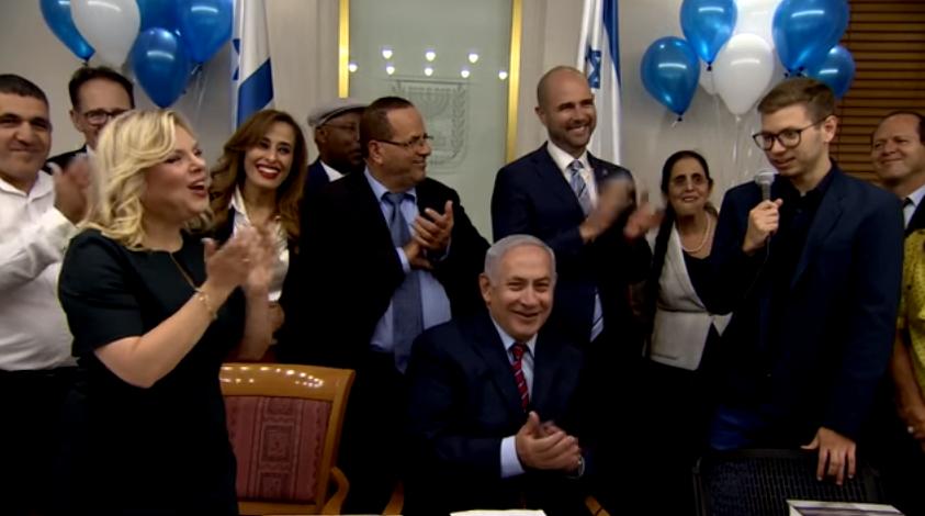 Yair Netanyahu (à droite) lors d'une fête d'anniversaire pour son père, Benjamin Netanyahu (au centre), le 26 octobre 2017 (Crédit : Capture d'écran YouTube)