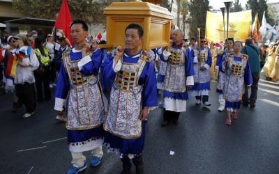 Des chrétiens évangéliques d'Asie portent une réplique de l'Arche de l'Alliance lors du défilé annuel de Jérusalem le 20 octobre 2016 dans les rues de Jérusalem, pour marquer la fête juive de Souccot et exprimer leur solidarité avec Israël (Crédit : AFP PHOTO / AHMAD GHARABLI)