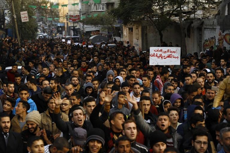 Manifestation palestinienne pendant la crise de l'électricité dans le camp de réfugiés de Jabaliya, dans le nord de la bande de Gaza, le 12 janvier 2017. (Crédit : Mohammed Abed/AFP)