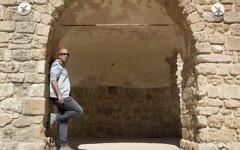 """Avi Issacharoff, l'un des co-auteurs de la série israélienne """"Fauda"""" - ou chaos en arabe- pose pour une photographie le 8 mars 2017 à Tel Aviv  (Crédit : AFP/Jack Guez)"""
