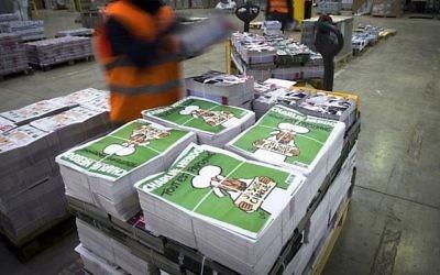 Des piles d'exemplaires de Charlie Hebdo. (Crédit : AFP/Martin Bureau)