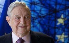 George Soros, fondateur et président de l'Open Society Foundations, à Bruxelles, le 27 avril 2017. (Crédit : AFP/Pool/Olivier Hoslet)
