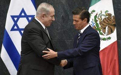 Le Premier ministre israélien serre la main au président mexicain Enrique Pena Nieto, à la résidence Los Pinos de Mexico, le 14 septembre 2017 (Crédit :  AFP/ ALFREDO ESTRELLA)
