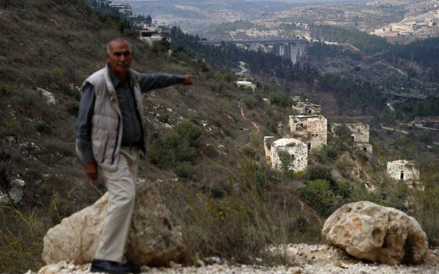 Yacoub Odeh, un Palestinien de 77 ans, montre des maisons anciennes dans le village palestinien de Lifta, abandonné lors des combats de la guerre en 1948, à la périphérie de Jérusalem, le 28 octobre 2017 (Crédit : AFP PHOTO / AHMAD GHARABLI
