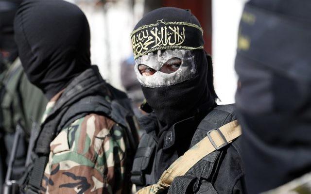 Terroristes palestiniens du Jihad islamique pendant les funérailles de membres du groupe, dans le centre de la bande de Gaza, le 31 octobre 2017. (Crédit : Thomas Coex / AFP)