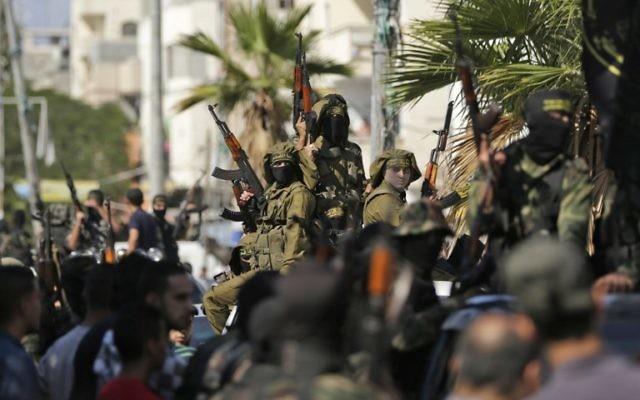 Des terroristes palestiniens du mouvement du Jihad islamique lors des funérailles de camarades tués dans une opération israélienne de destruction d'un tunnel d'attaque qui partait de Gaza jusqu'en Israël, durant leurs funérailles au camp de réfugiés de Bureij, dans le centre de Gaza, le 31 octobre 2017 (Crédit : AFP PHOTO / MAHMUD HAMS)