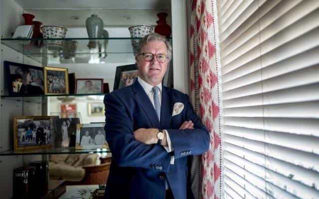Roderick Francis Arthur Balfour dans son appartement de Londres, le 28 octobre 2017. (Crédit : Tolga Akmen/AFP)
