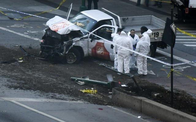 Les enquêteurs inspectent une camionnette suite à un attentat à la voiture bélier à New York, le 31 octobre 2017 (Crédit : AFP/DON EMMERT)