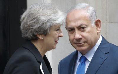 Le Premier ministre britannique Theresa May, à gauche, pose avec le Premier ministre Benjamin Netanyahu aux abords du 10, Downing Street, à Londres, le 2 novembre 2017 (Crédit : AFP PHOTO / Tolga AKMEN)