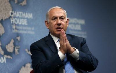 Benjamin Netanyahu donne une analyse géopolitique à la Chatham House, The Royal Institute of International Affairs, à Londres, le 3 novembre 2017 (Crédit : AFP / ADRIAN DENNIS)