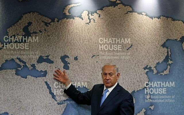 Le Premier ministre Benjamin Netanyahu évoque la politique étrangère israélienne à Chatham House, l'institut royal des Affaires internationales de Londres, le 3 novembre 2017 (Crédit : AFP Photo/Adrian Dennis)