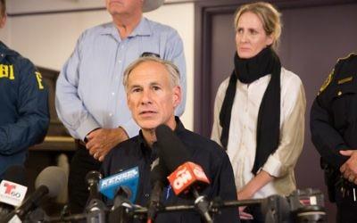 Le gouverneur du Texas Greg Abbott lors d'une conférence de presse à  Sutherland Springs, au Texas, le 5 novembre 2017 (Crédit :  AFP/SUZANNE CORDEIRO)